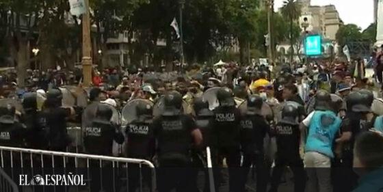 #Vídeo | Tensión en el velatorio de #Maradona: altercados y cargas policiales en la Casa Rosada. Un artículo de @jpachec…
