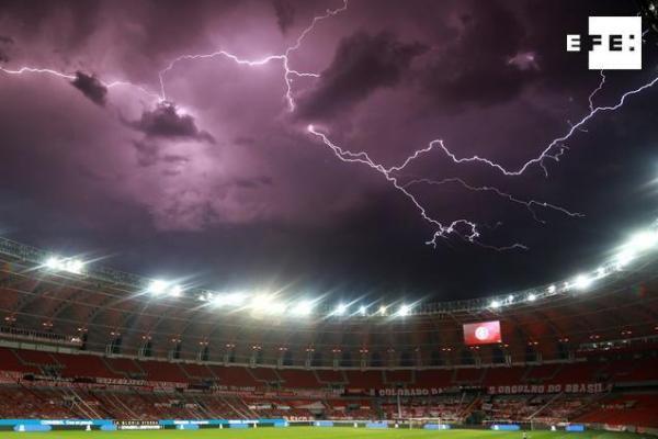 #EFEFotos | Fotografía de rayos durante una tormenta eléctrica sobre el estadio Beira-Rio, en un partido de los octavos …