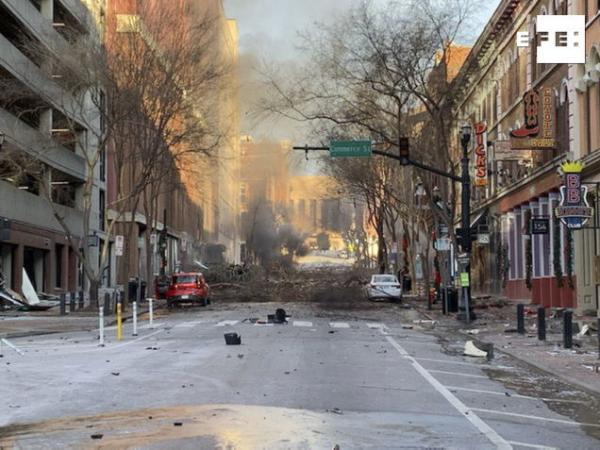 #URGENTE | Una explosión en Nashville (Tennessee, EE.UU.) vino de un vehículo que avisaba de una bomba.   …