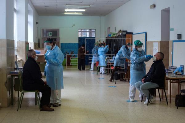 Los casos activos de #coronavirus en Galicia, que este sábado han alcanzado un nuevo récord de positivos, triplican a lo…