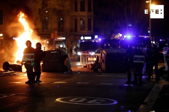 #EFEFOTOS | Cargas policiales en la manifestación de apoyo a Pablo Hasel en Barcelona  / Toni Albir …