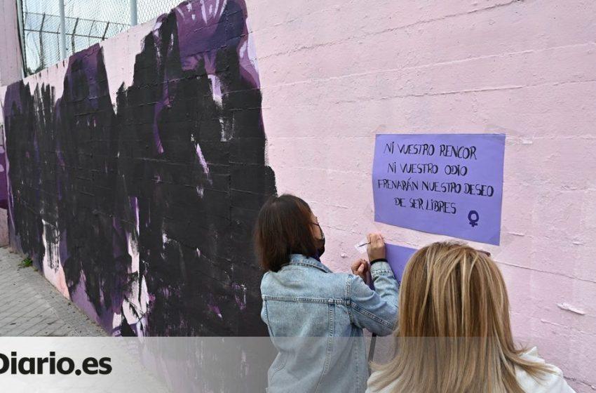 Medio centenar de personas protestan ante un mural feminista que ha aparecido vandalizado en Madrid este #8M2021: «Esto …