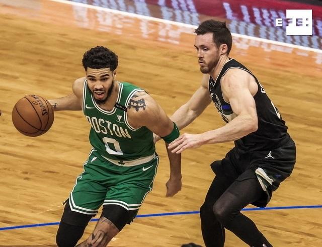 El ala-pívot Jayson Tatum anotó 34 puntos, el base Marcus Smart tuvo otros 23 y los Celtics de Boston vencieron a domici…