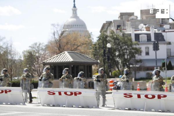 #EFEfotos | Mueren un policía y el sospechoso en un ataque frente al Capitolio en Washington.    Shawn Thew …