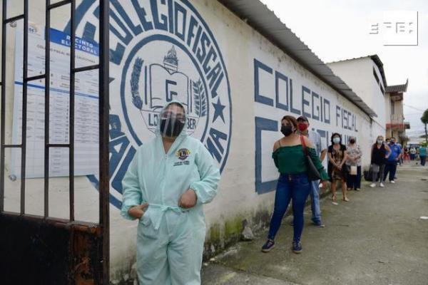 CRÓNICA | Guayaquil vota con precaución en medio de un repunte de muertes por covid. #Elecciones2021Ec #11A   Por Cristi…