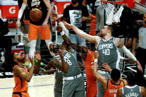 El escolta hispano Devin Booker anotó 25 puntos como líder encestador de los Phoenix Suns que ganaron a domicilio por 80…