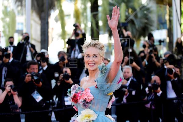La actriz estadounidense Sharon Stone fue condecorada este viernes como comendadora de la Orden de las Artes y las Letra…