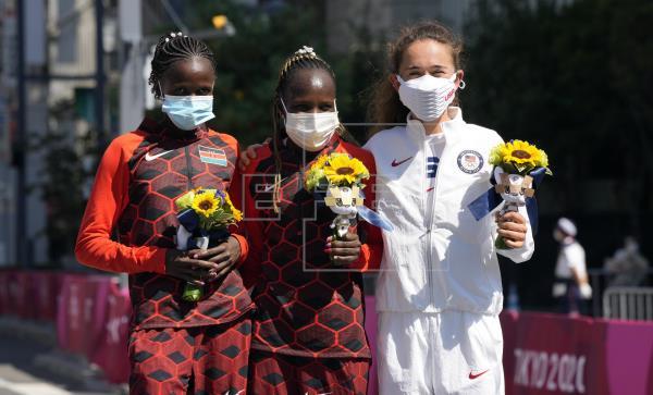 Peres Jepchirchir y Brigit Kosgei, dos plusmarquistas mundiales, dieron este sábado a Kenia un doblete en el maratón olí…
