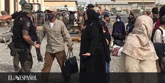 #LoMásLeído | Los 17 valientes de Kabul: los policías que introducen a «nuestros afganos» en el aeropuerto, incluso a ti…