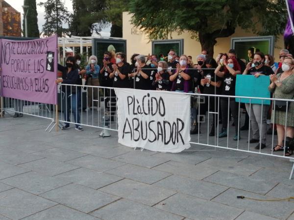 Medio centenar de personas se han concentrado esta noche a la entrada del Teatro Romano de Mérida para exigir la cancela…