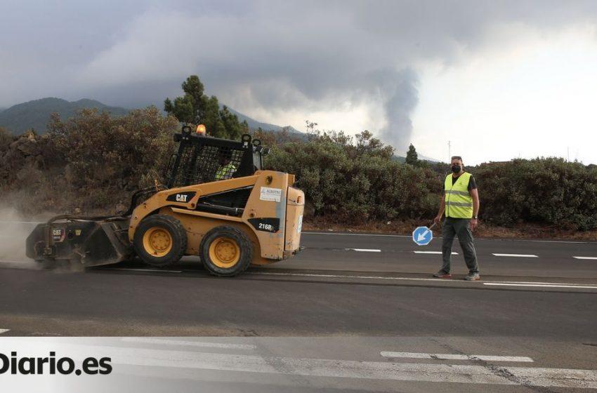Limpiar la ceniza que cae a las carreteras se ha convertido en una tarea imprescindible   Por @JENNIFERJJS…