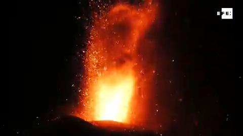 #EFETV | Crece la actividad explosiva del volcán de La Palma  Toda la información en Efeservicios:  …