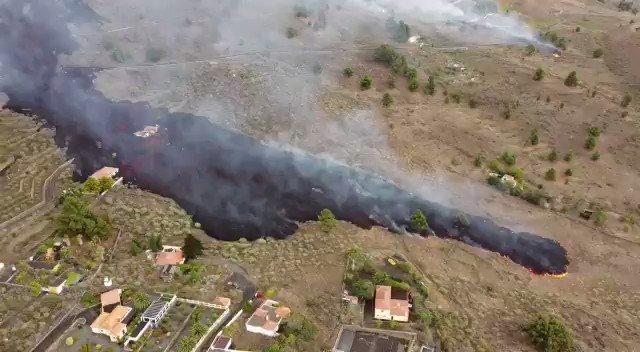 El avance de la lava tras la erupción en la isla de #LaPalma ha sobrepasado ya zonas en las que hay viviendas, que han …