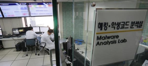 Un ciberataque tumbó hoy durante casi una hora el servicio a nivel nacional de la empresa de telecomunicaciones KT, prim…